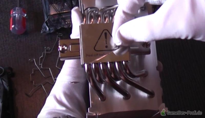 Schutzfolie der Prozessorkontaktfläche auf der Unterseite des Kühlers abziehen.