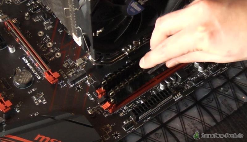Einsetzen der RAM-Riegel in die beiden roten Steckplätze.