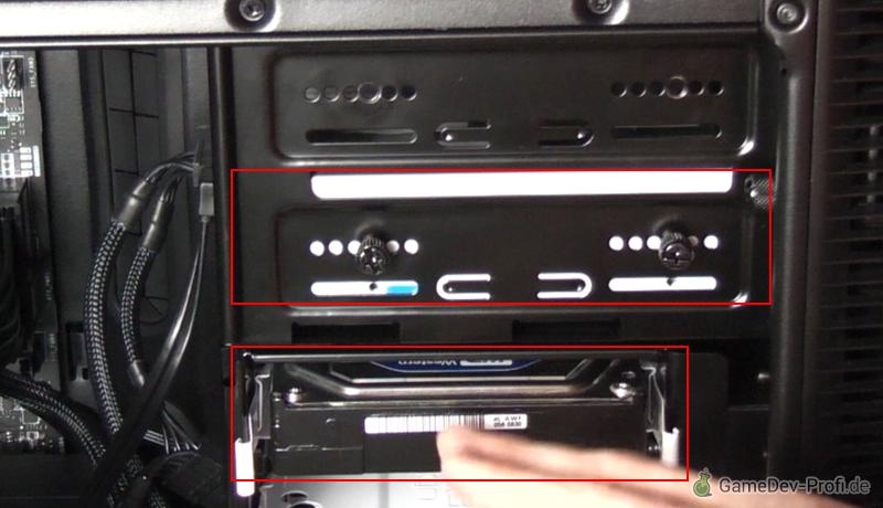Wenn das CD/DVD-Laufwerk und die Festplatte möglichst nah übereinander eingebaut werden, lassen sich beide mit einem gemeinsamen Stromkabel versorgen.